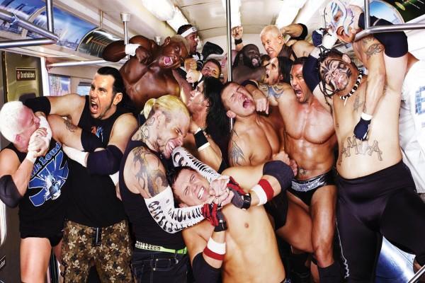 Luchadores profesionales en un vagón de metro