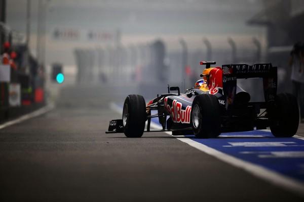 Un Red Bull saliendo de boxes