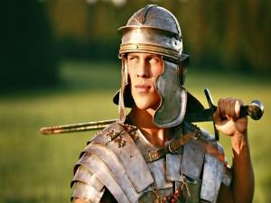 Un guapo chico con armadura de romano