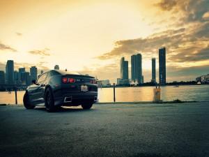Postal: Chevrolet a las afueras de una ciudad
