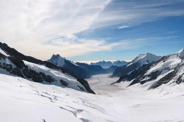 Glaciar entre montañas
