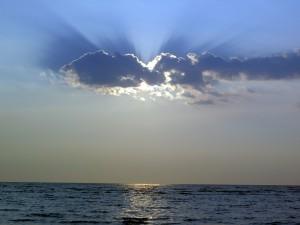 Sol y nubes sobre el mar