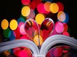 Postal: Las páginas de un libro formando un corazón
