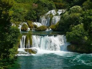 Saltos de agua en un río