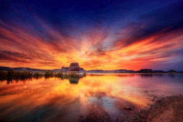 Hermoso cielo reflejado en el agua