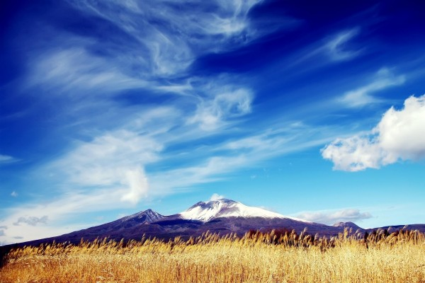 Bonito cielo sobre una montaña