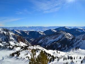Postal: Vista de una pista de esquí y grandes montañas