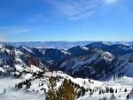 Vista de una pista de esquí y grandes montañas