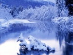 Tranquilas aguas de un río en invierno
