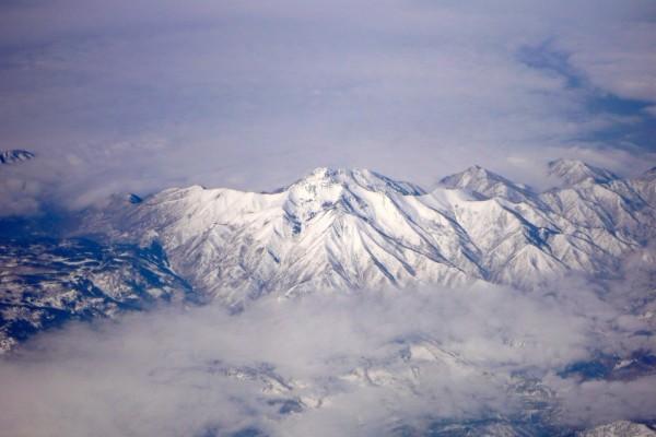 Nubes entre las grandes montañas
