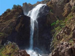 Agua cayendo sobre las grandes rocas