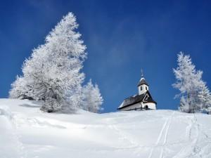 Iglesia en lo alto de una colina blanca