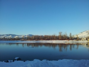 Paisaje invernal junto a un río
