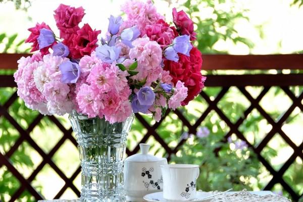 Flores en un jarrón para alegrar el día