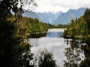 Día nuboso sobre un lago