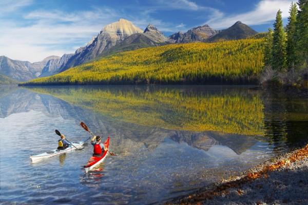 Paseo en kayak por un lago transparente
