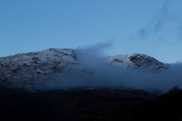 Nubes bajo las montañas al amanecer