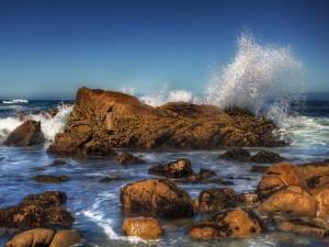 Olas chocando contra las rocas