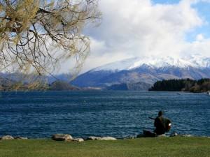 Tocando la guitarra junto a un lago