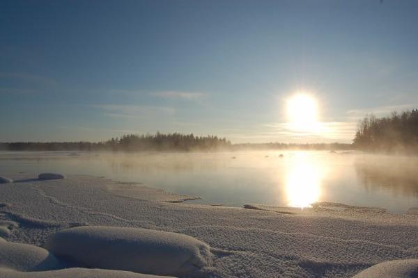 Sol reflejado en las frías agua invernales
