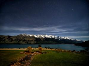 Cielo estrellado sobre un hermoso paisaje