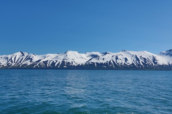 Montañas nevadas junto al agua