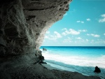 Gran pared de roca junto al mar