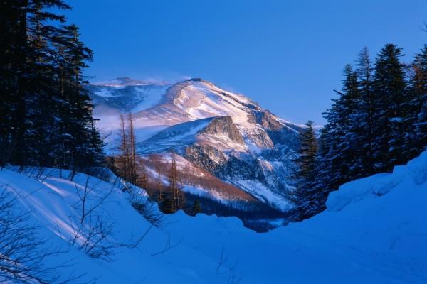 Sol iluminando la montaña en un frío día de invierno