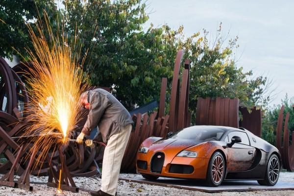 Hombre junto a un Bugatti Veyron Grand Sport Venet