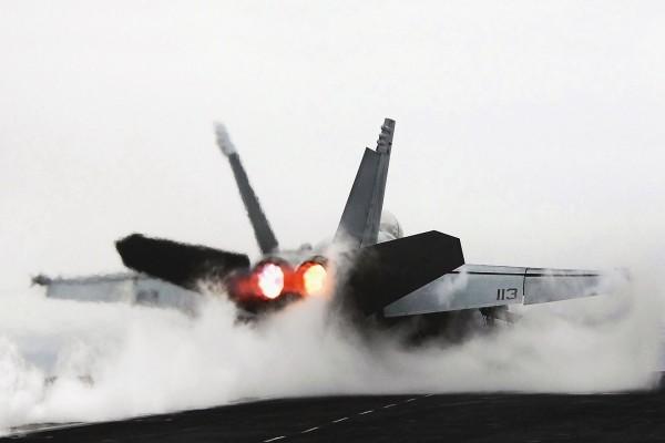 Avión de combate aterrizando