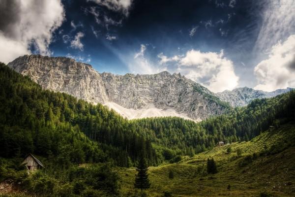Cabañas bajo unas montañas