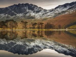 Paisaje reflejado en las aguas de un lago