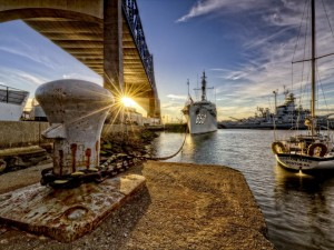 Barcos bajo un puente