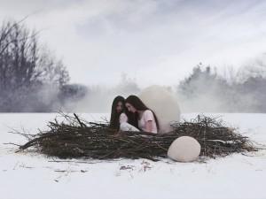 Chicas dentro de un nido sobre la nieve