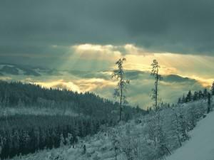 Rayos de sol filtrándose entre las espesas nubes invernales