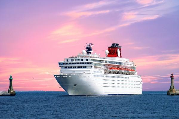 Un gran crucero blanco llegando a puerto