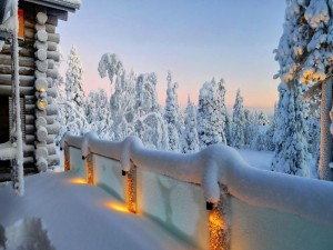Contemplando un paisaje nevado desde una terraza