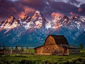 Cabaña bajo las montañas