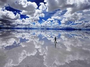 Postal: Caminando en el salar de Uyuni (Bolivia)