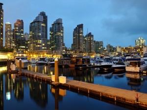 Barcos de recreo junto a la ciudad