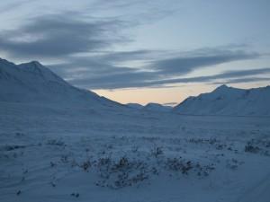 Llanura y montañas cubiertas de nieve