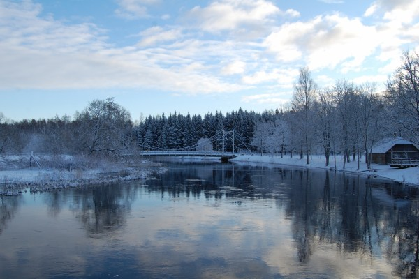 Puente sobre un río invernal