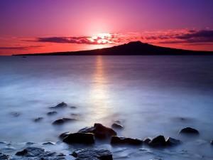 Postal: El sol tras las nubes al amanecer