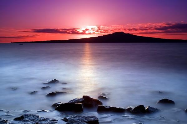 El sol tras las nubes al amanecer