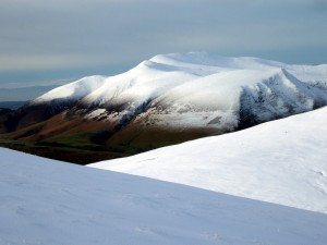 Postal: Blanca nieve sobre unas montañas