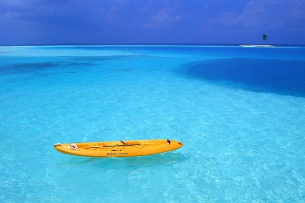 Un kayak abandonado en el mar