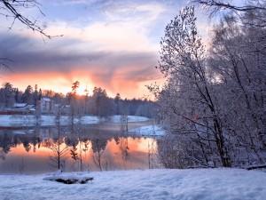 Nieve en la ribera de un río