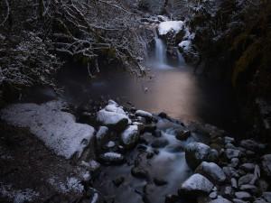 Postal: Nieve sobre las rocas de una cascada