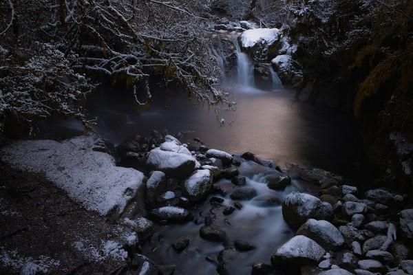 Nieve sobre las rocas de una cascada