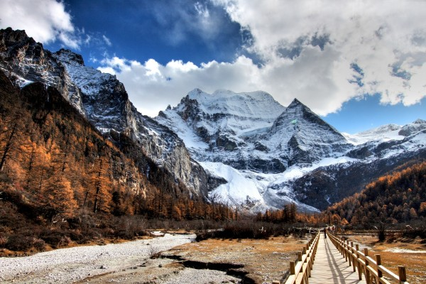 Nieve en las montañas al comienzo del invierno